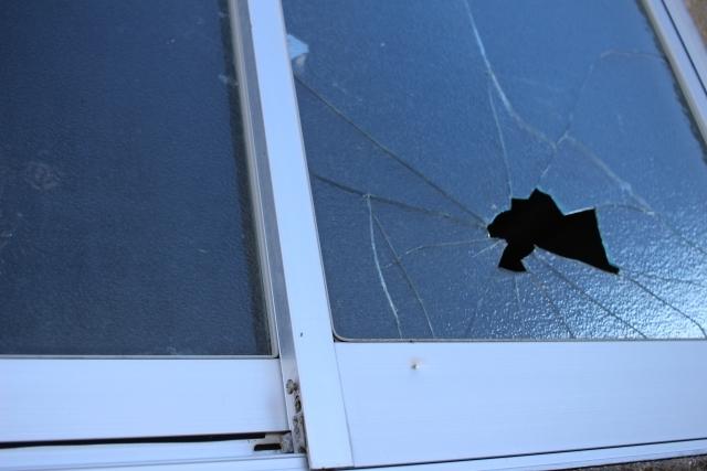 台風時の窓ガラス破損に要注意!3階でも油断できない理由と対処法